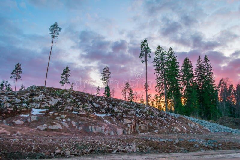 Beau coucher du soleil orange rouge dans le ciel au-dessus des falaises des montagnes et des pins grands, nuages pittoresques ill photos libres de droits