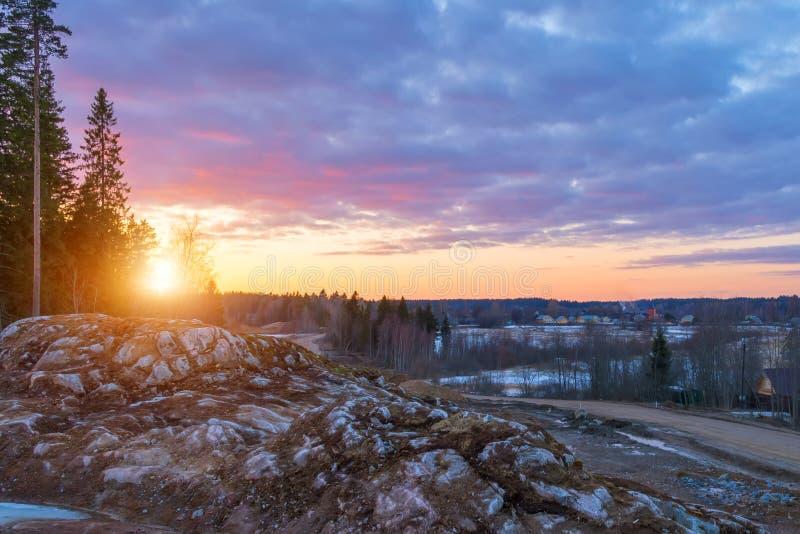 Beau coucher du soleil orange rouge dans le ciel au-dessus des falaises des montagnes et des pins grands, nuages pittoresques ill photographie stock