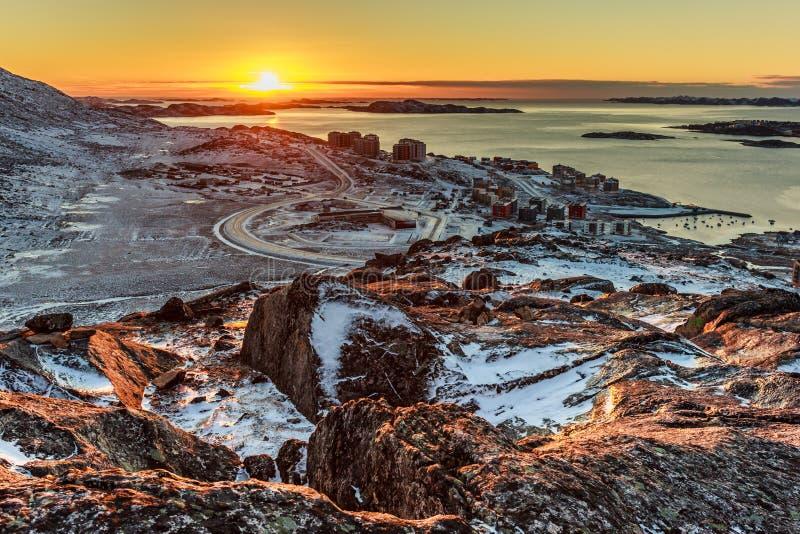 Beau coucher du soleil polaire, vue de la colline vers le fjord de Nuuk et nouveau image stock