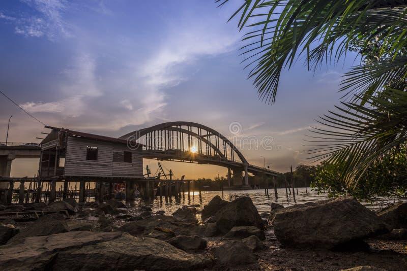 Beau coucher du soleil près de rivière Malaisie de Kedah où tout le pêcheur vivant image libre de droits