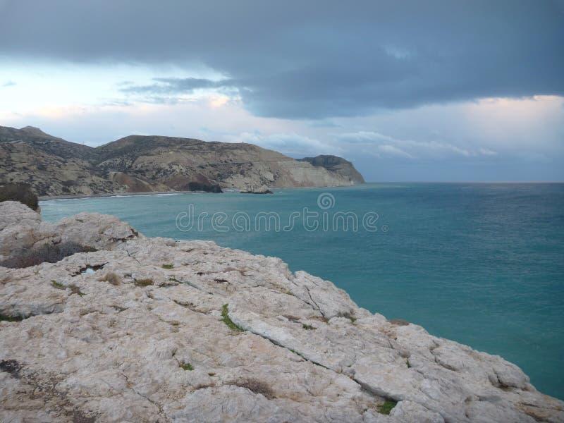 Beau coucher du soleil romantique à un bord de la mer rocheux photographie stock