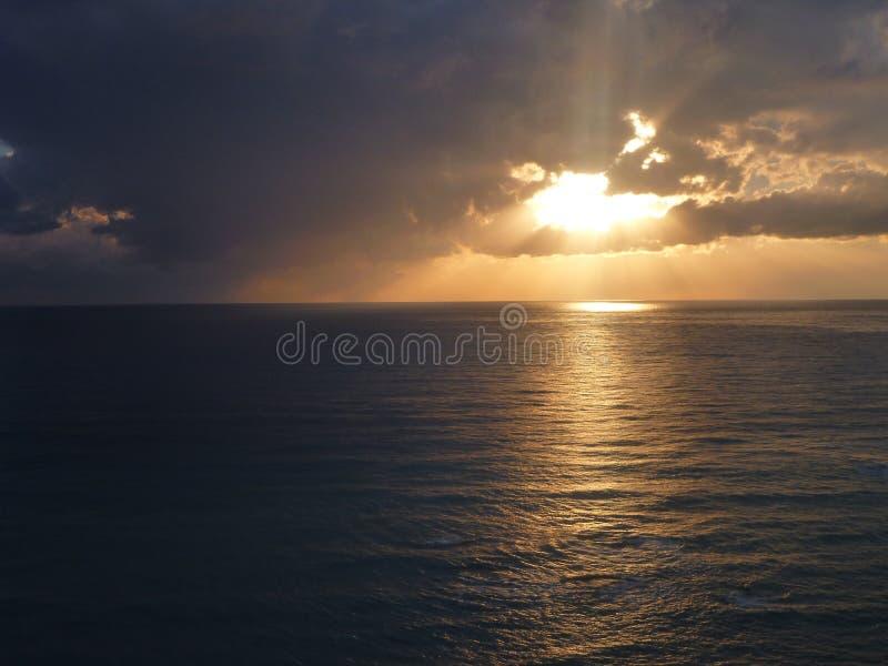 Beau coucher du soleil romantique au-dessus d'une mer photo libre de droits