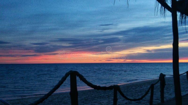 Beau coucher du soleil romantique au-dessus de mer images libres de droits