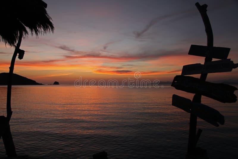 Beau coucher du soleil romantique en égalisant le bois de signe d'ombre pour détendre la plage à l'île Trat Thaïlande de Koh Mak images libres de droits