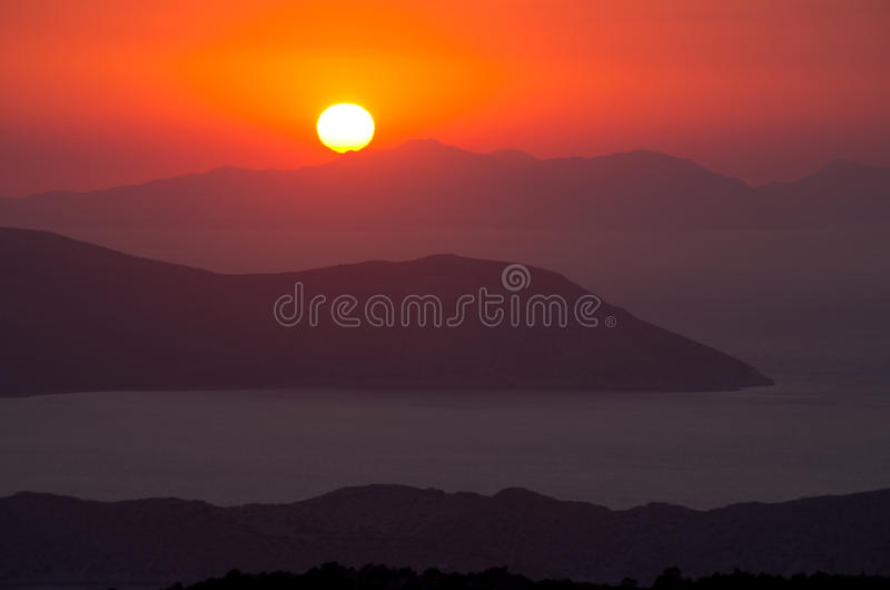 Beau coucher du soleil sur l'île de Rhodes, Grèce photos libres de droits