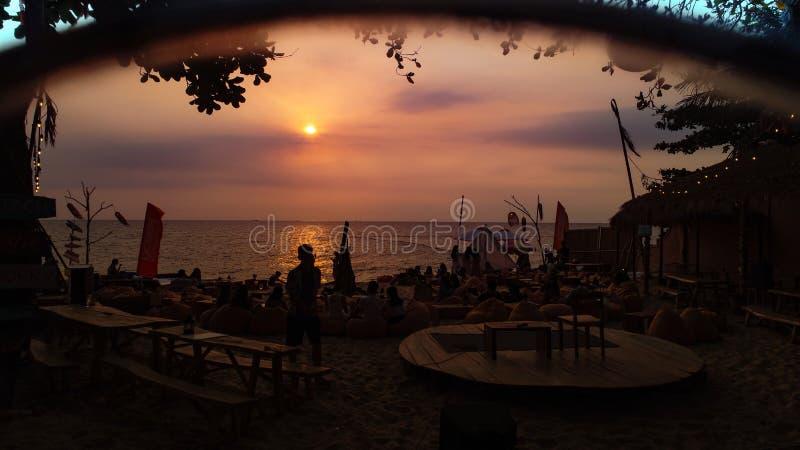 Beau coucher du soleil sur la barre Phu Quoc de plage images stock