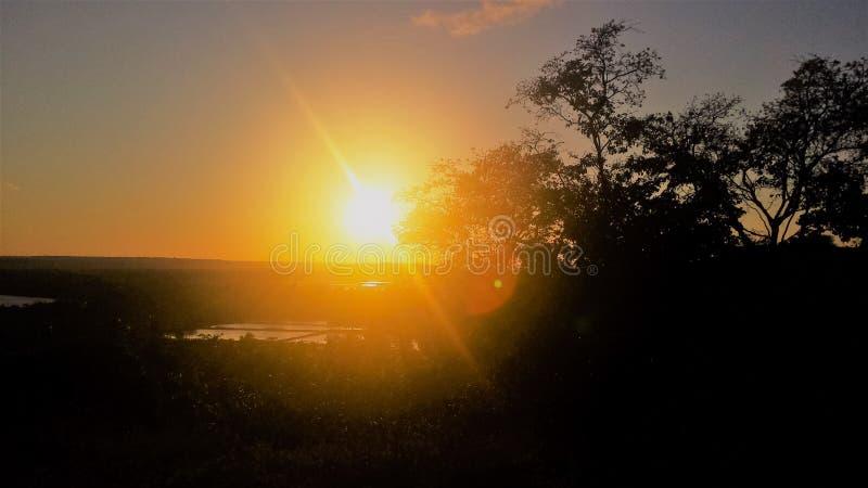 Beau coucher du soleil sur la montagne images stock