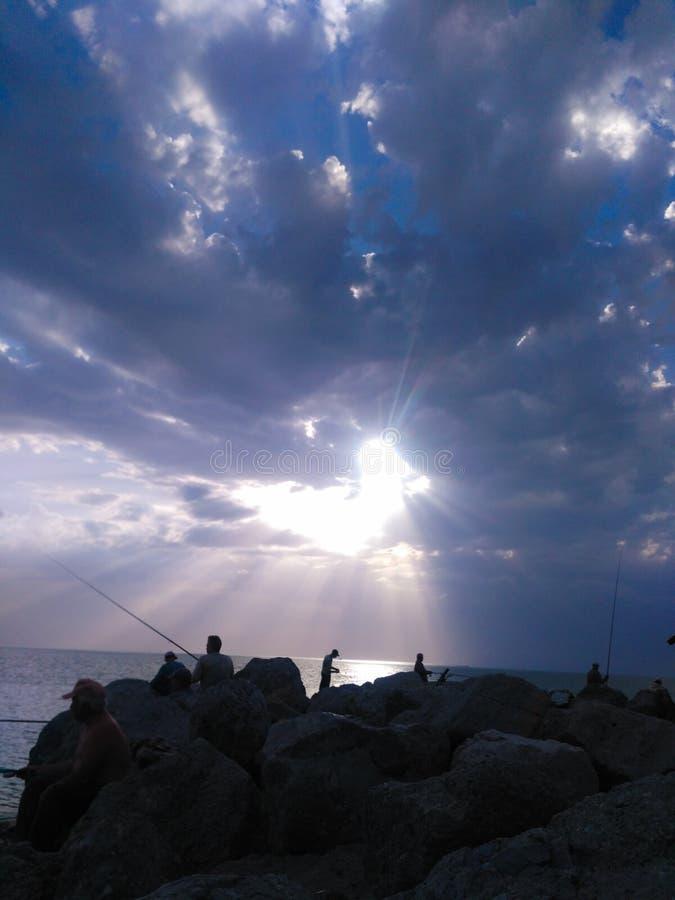 Beau coucher du soleil sur la pêche dans des tons gris-bleus images libres de droits