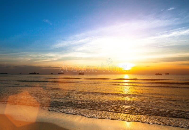 Beau coucher du soleil sur la plage de mer nature images libres de droits