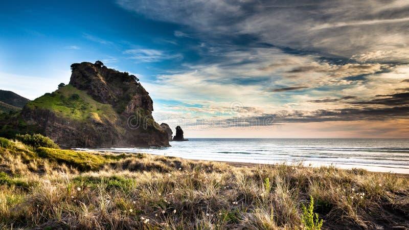 Beau coucher du soleil sur la plage de Piha photos stock