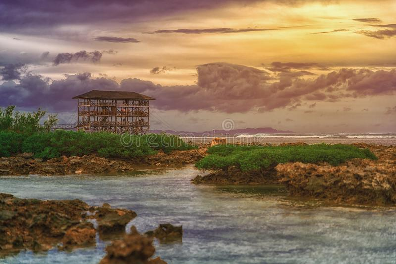 Beau coucher du soleil sur la plage pour le nuage 9, île de Siargao, les Philippines de surfers photos stock