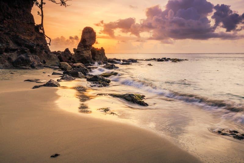 Beau coucher du soleil sur la plage rocheuse images stock