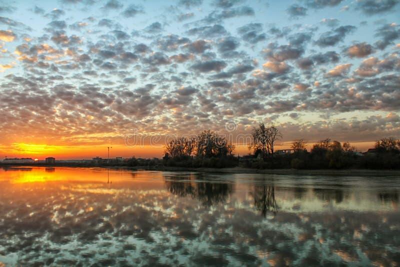 Beau coucher du soleil sur la rivière photos stock