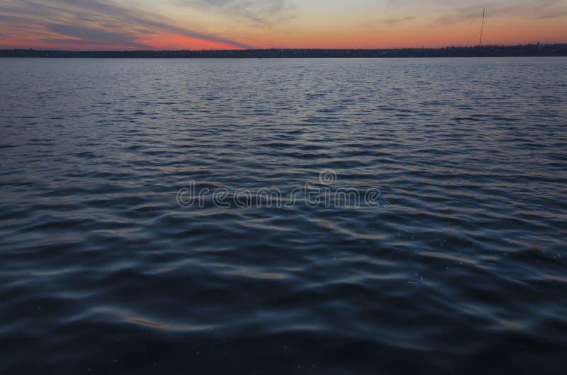 Beau coucher du soleil sur la rivière Couleurs excessives photo stock