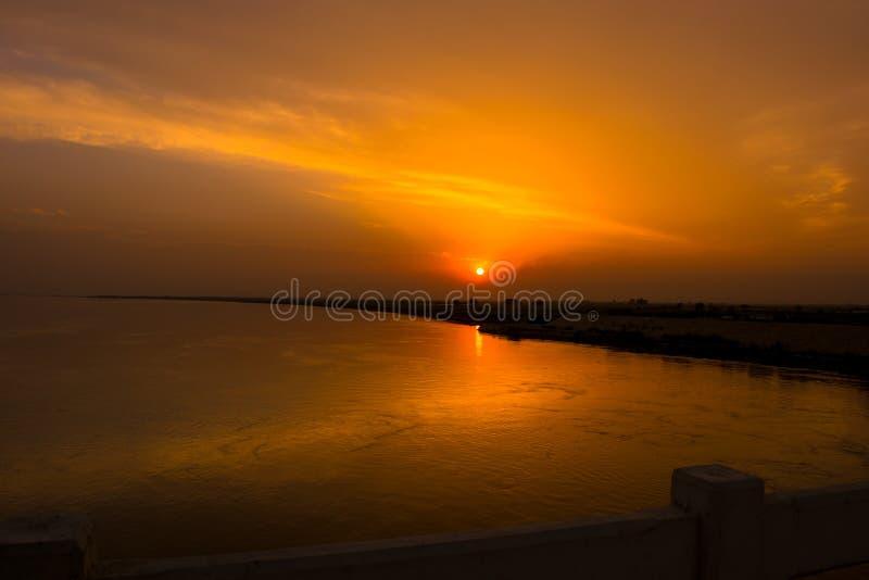 Beau coucher du soleil sur la rivière indus Pakistan images libres de droits
