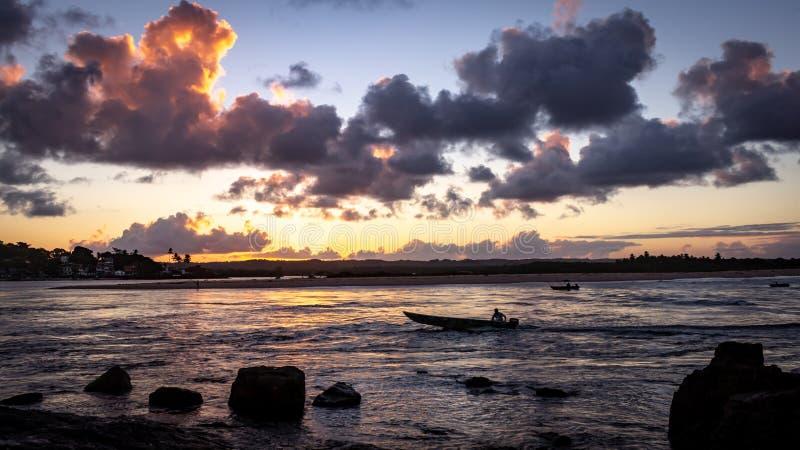 Beau coucher du soleil sur la rivière Les nuages sont peints dans des tons d'or photo libre de droits
