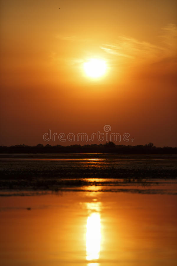 Beau coucher du soleil sur le delta de Danube photo stock