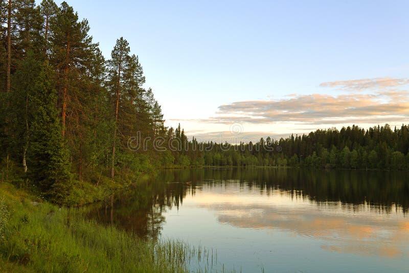 Beau coucher du soleil sur le lac Talvijarvi dans Ruka, Laponie, Finlande photographie stock libre de droits