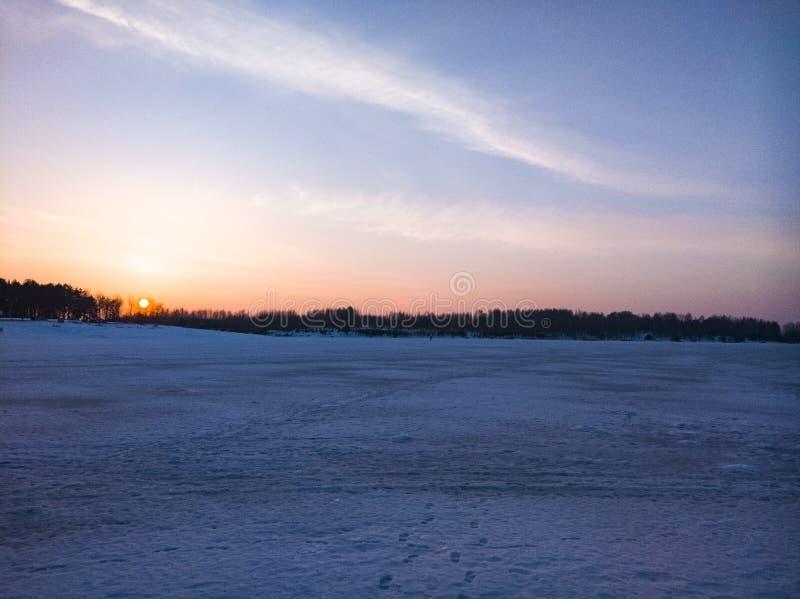 Beau coucher du soleil sur le lac un jour givré photos stock