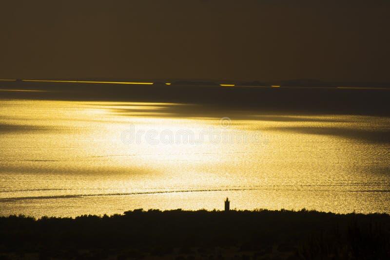 Beau coucher du soleil sur un bord de la mer photographie stock