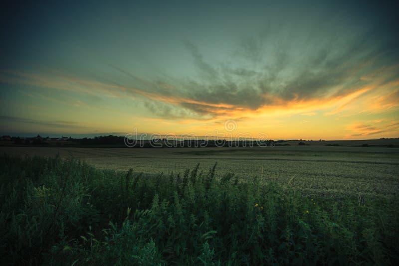 Beau coucher du soleil sur un gisement de ressort photographie stock