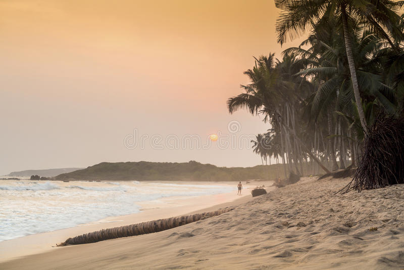 Beau coucher du soleil sur une plage de paradis photos stock