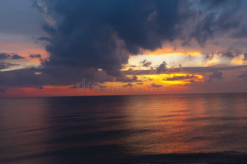 Beau coucher du soleil tropical sur la plage image libre de droits