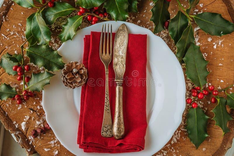 Beau couvert décoré pour le dîner de Noël images stock