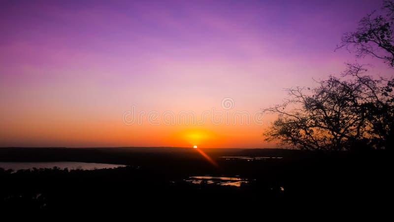 Beau crépuscule avec le ciel violet images stock