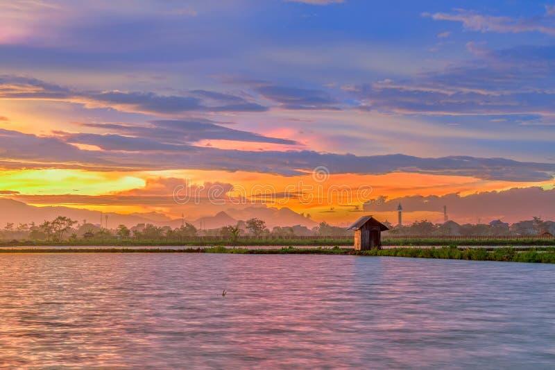 Beau crépuscule dans un lac avec peu de maison au lac photographie stock libre de droits
