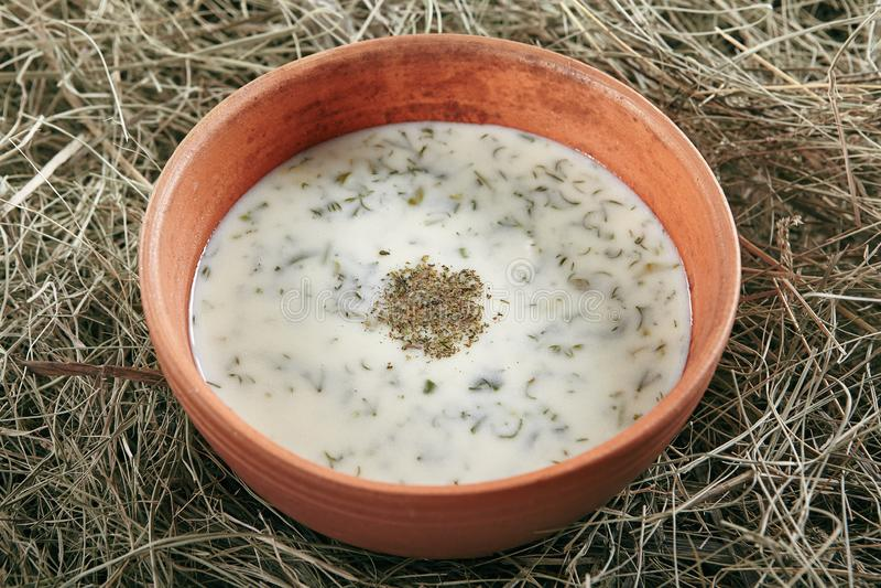 Beau cru servant bol en céramique de soupe faite maison Dovga à képhir photos stock