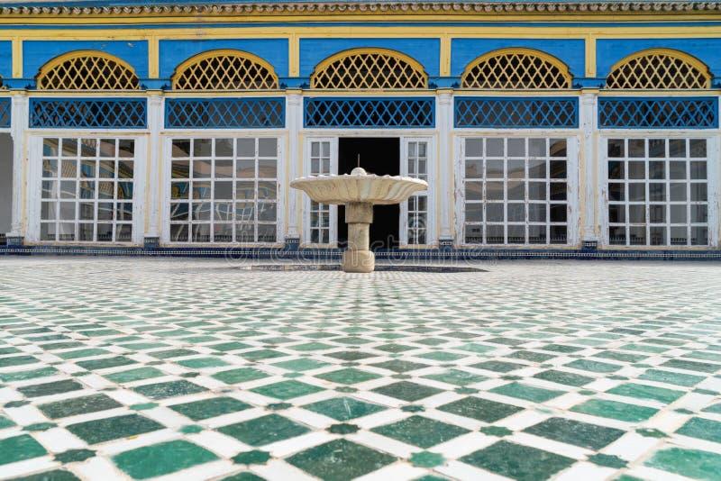 Beau découpage exquis complexe sur les murs blancs plâtrés de Bahia Palace dans la partie du sud-est de image stock
