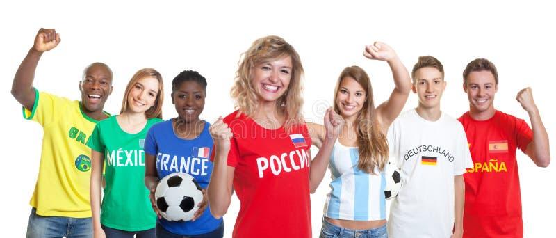 Beau défenseur russe du football avec des fans de l'autre pays photos libres de droits