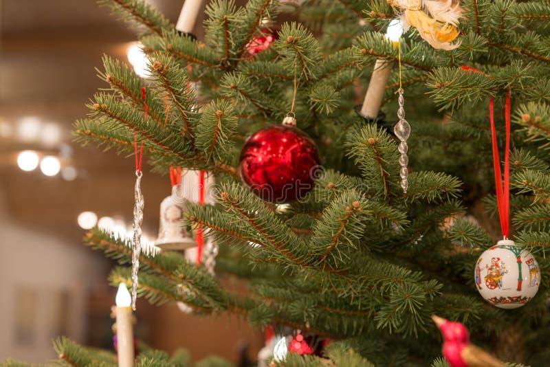 Beau d'arbre de Noël décoré des boules et des bougies de Noël image stock