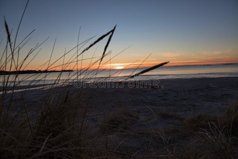 Beau dans un beau coucher du soleil sur la côte ouest de la Norvège photo stock
