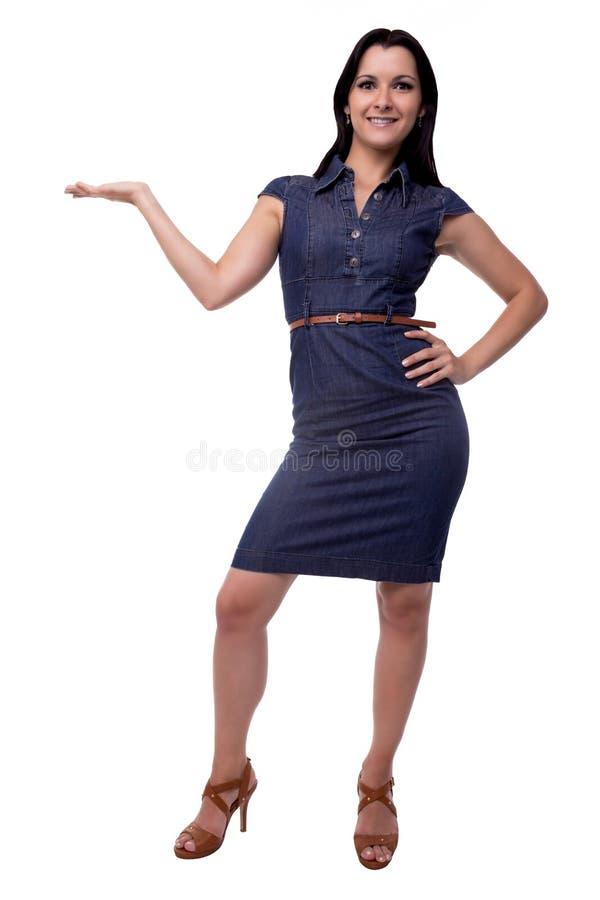 Beau dans une femme de robe tenant ou présent quelque chose dans intégral d'isolement sur le fond blanc photos libres de droits
