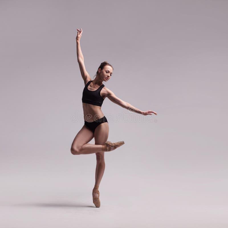 Beau danseur classique d'isolement images stock