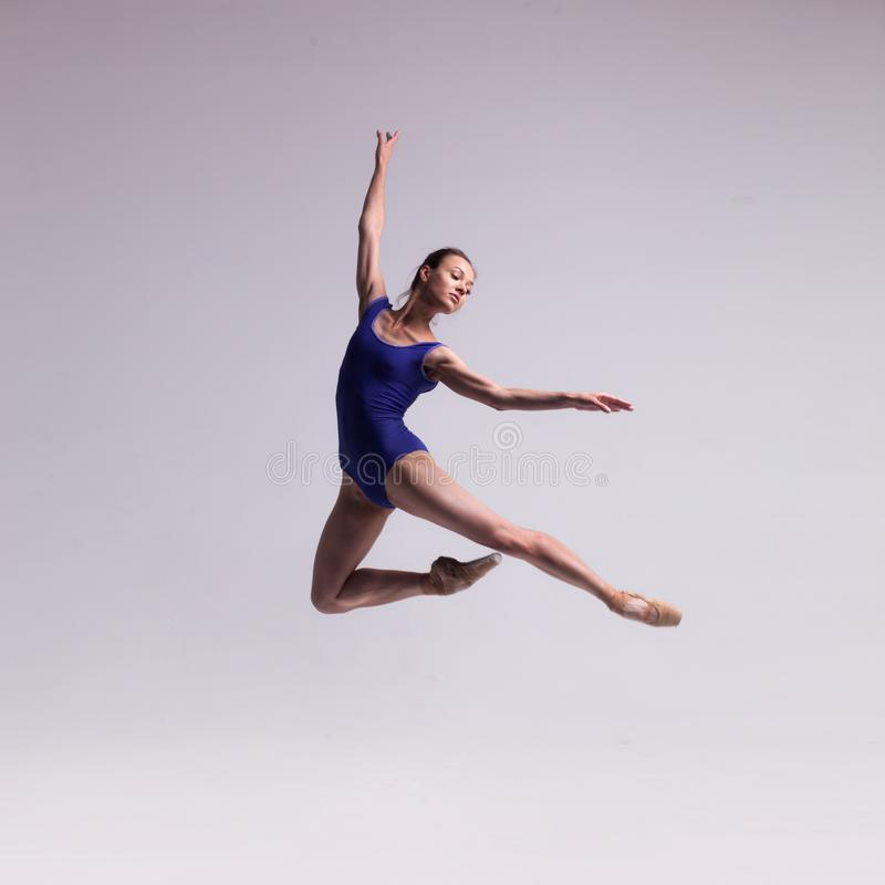 Beau danseur classique d'isolement image stock