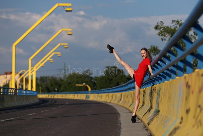 Beau danseur classique féminin sur un pont photographie stock libre de droits