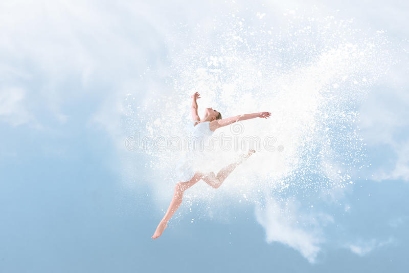 Beau danseur classique sautant à l'intérieur du nuage de la poudre photo libre de droits