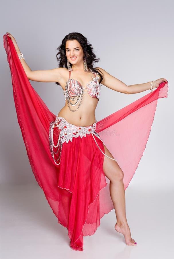Beau danseur de ventre dans le mouvement photos libres de droits