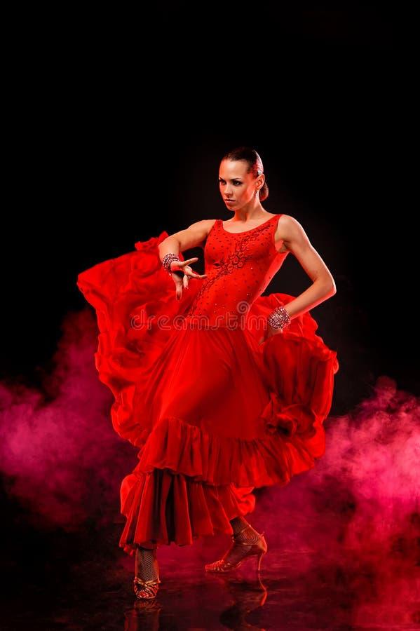 Beau danseur latin dans l'action. Fond fumeux foncé images stock