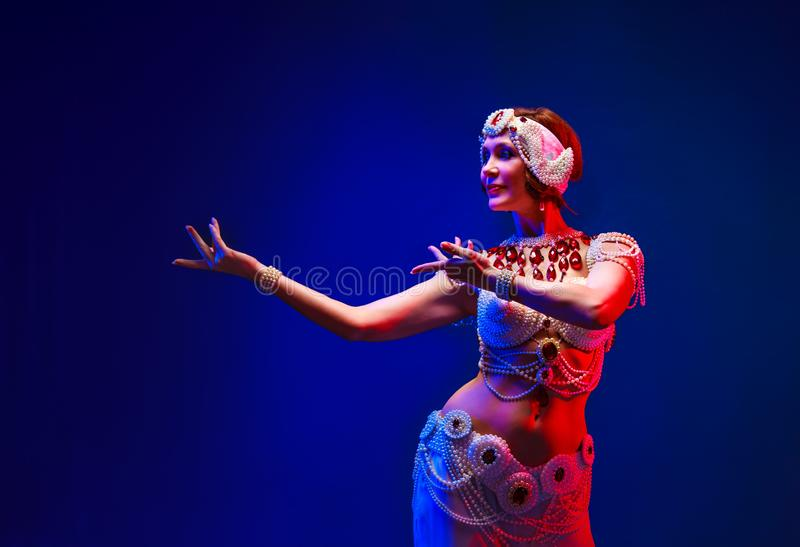 Beau danseur oriental dans un costume blanc de perle images stock