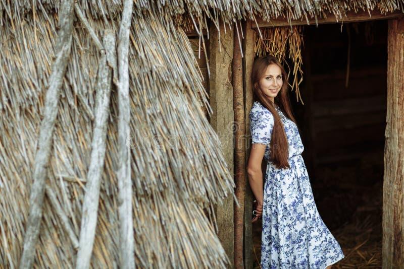 Beau de jeune femme portrait dehors Portrait d'une belle fille contre une cabane dans un arbre photographie stock