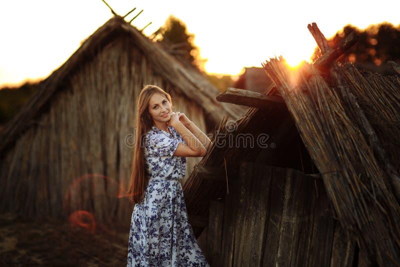 Beau de jeune femme portrait dehors Portrait d'une belle fille contre une cabane dans un arbre photos stock