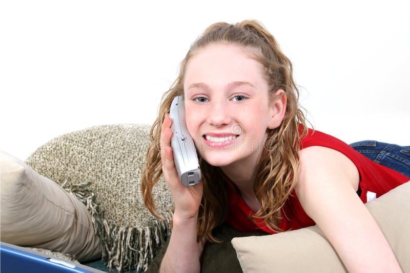 Beau de l'adolescence au téléphone image libre de droits