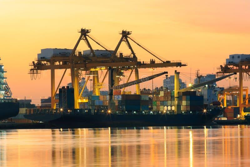 Beau de la lumière de matin dans des marchandises de récipient de chargement de port de bateau images libres de droits