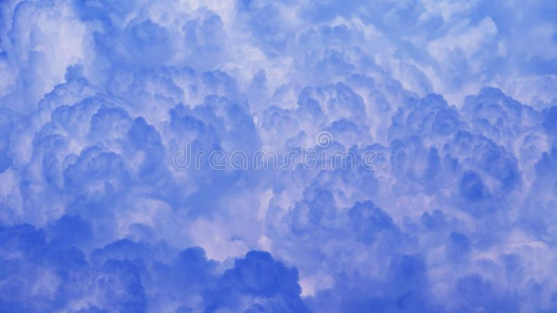 Beau des cloudscapes sur un ciel bleu dans la haute résolution images stock