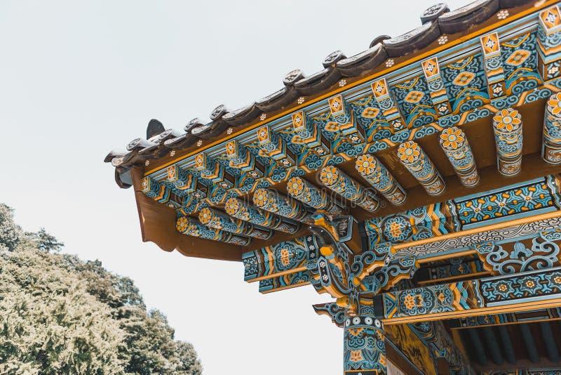 Beau dessus de toit de monastère bouddhiste traditionnel à la zone montagneuse - Corée du Sud images stock