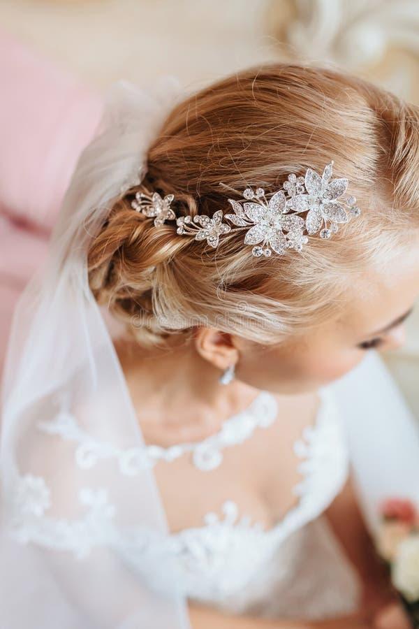 Beau diadème sur la tête intéressante du ` s de jeune mariée photographie stock libre de droits